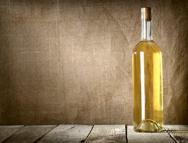 Vino liquoroso sulla tela fotografia stock