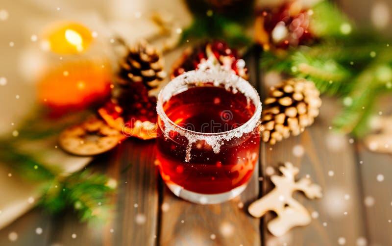 Vino reflexionado sobre caliente y una vela ardiente Decoraciones festivas de la Navidad foto de archivo