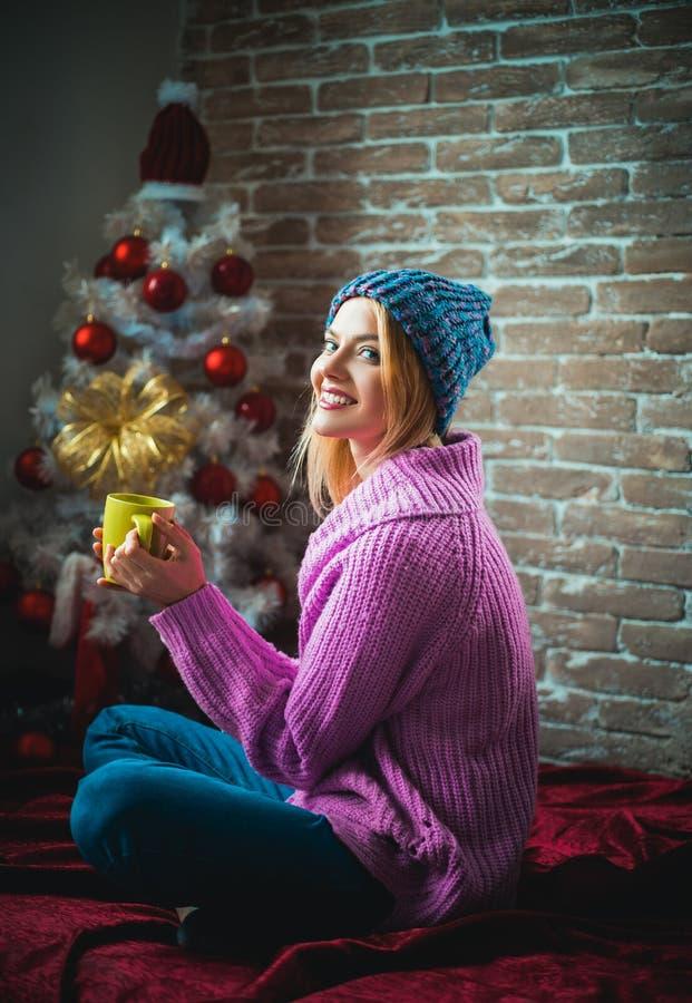 Vino reflexionado sobre Feliz Año Nuevo concepto de las vacaciones de invierno y de la gente El árbol de navidad adorna en casa M foto de archivo
