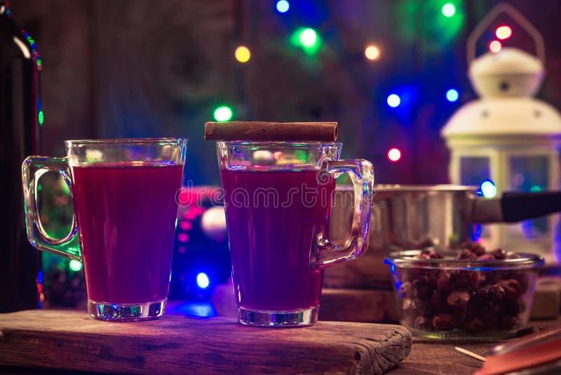 Vino reflexionado sobre festivo, fiesta de Navidad foto de archivo