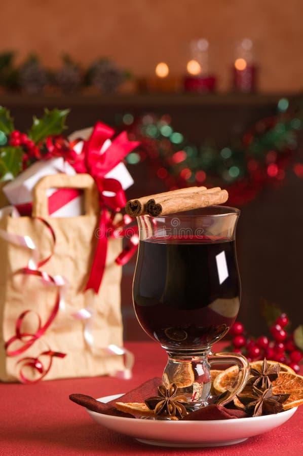 Vino reflexionado sobre la Navidad imagen de archivo libre de regalías