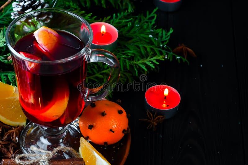 Vino reflexionado sobre para el partido de la celebración de la Nochebuena por el árbol de navidad imagenes de archivo