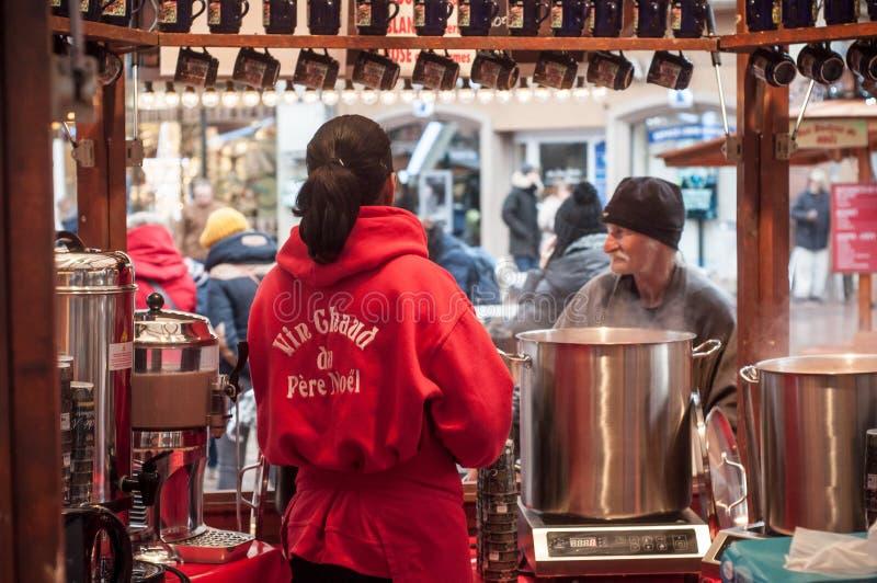 Vino reflexionado sobre porción de la mujer en el mercado de la Navidad imagen de archivo libre de regalías