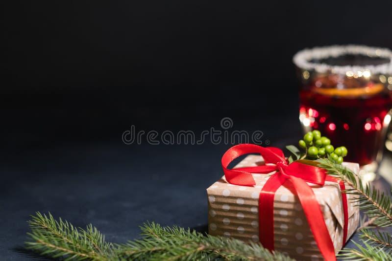 Vino reflexionado sobre rojo festivo del regalo del fondo de la Navidad foto de archivo libre de regalías