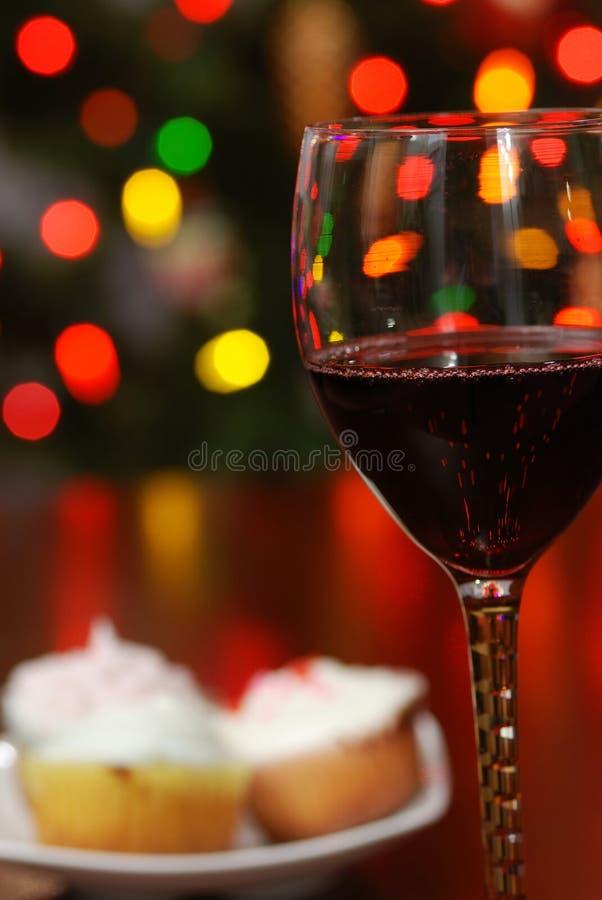 Vino rojo con las luces de la Navidad enmascaradas imágenes de archivo libres de regalías