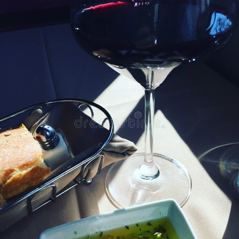 Vino rojo con pan y aceite de oliva foto de archivo libre de regalías
