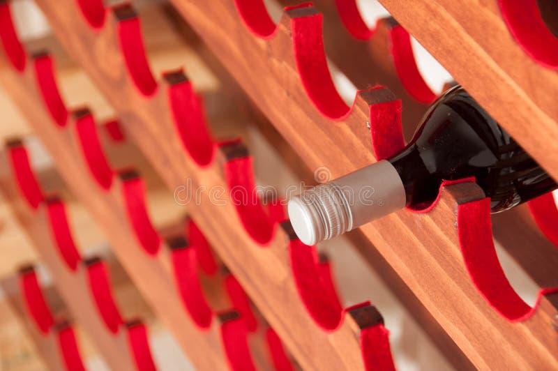 Vino rojo en el estante del vino foto de archivo libre de regalías