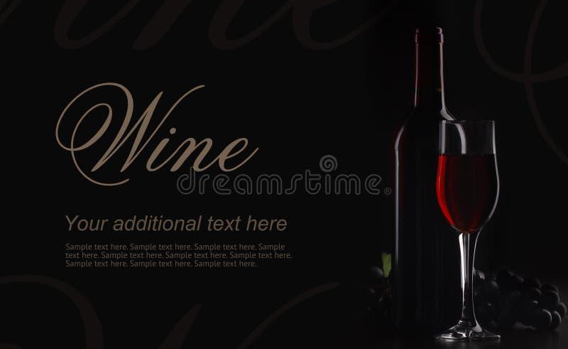 Vino rojo en fondo negro en la iluminación decorativa foto de archivo