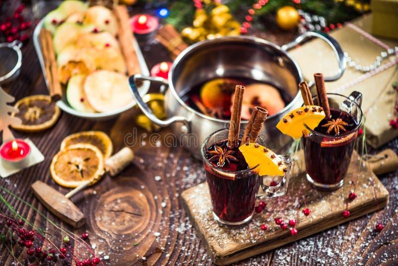 Vino rojo festivo condimentado de la Navidad caliente imagenes de archivo