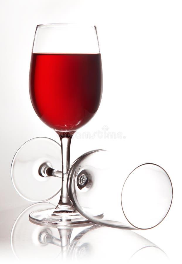 Vino rojo que vierte en el vidrio fotos de archivo libres de regalías