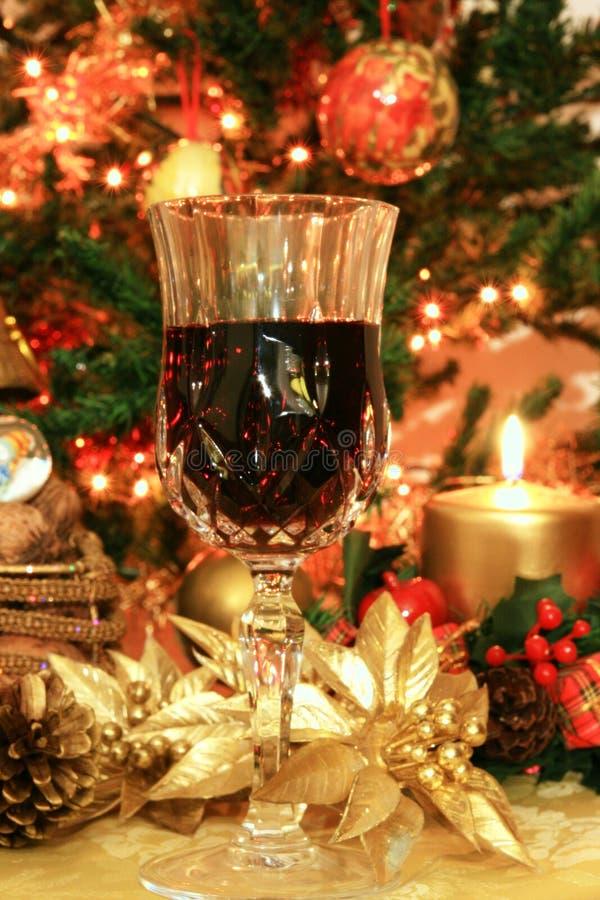Vino rojo y decoración de la Navidad fotografía de archivo