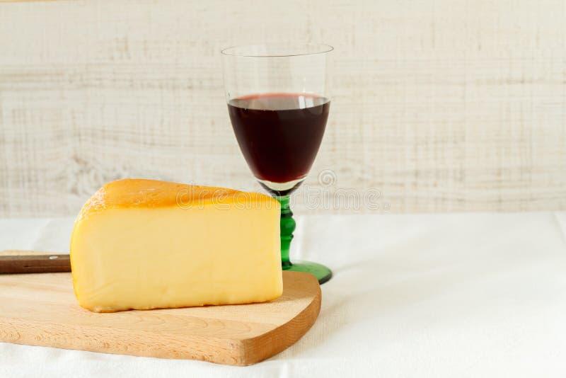 Vino rojo y un pedazo de queso foto de archivo libre de regalías