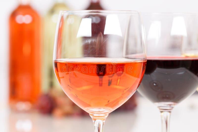 Vino rosado en una botella de cristal foto de archivo libre de regalías