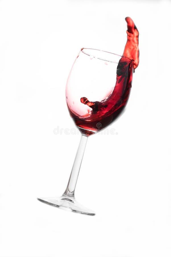 Vino rosso che si rovescia fuori fotografie stock