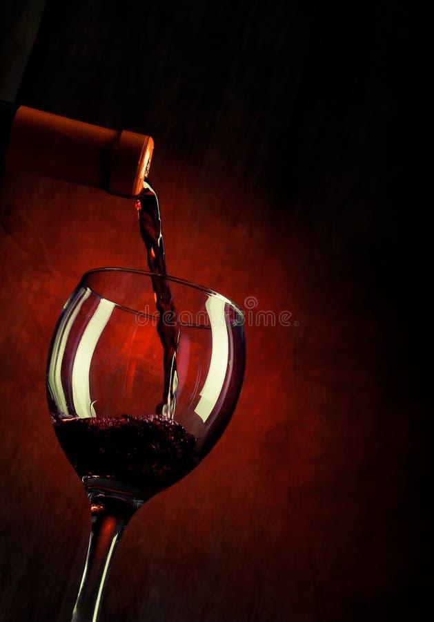 Vino rosso che versa giù fotografia stock libera da diritti