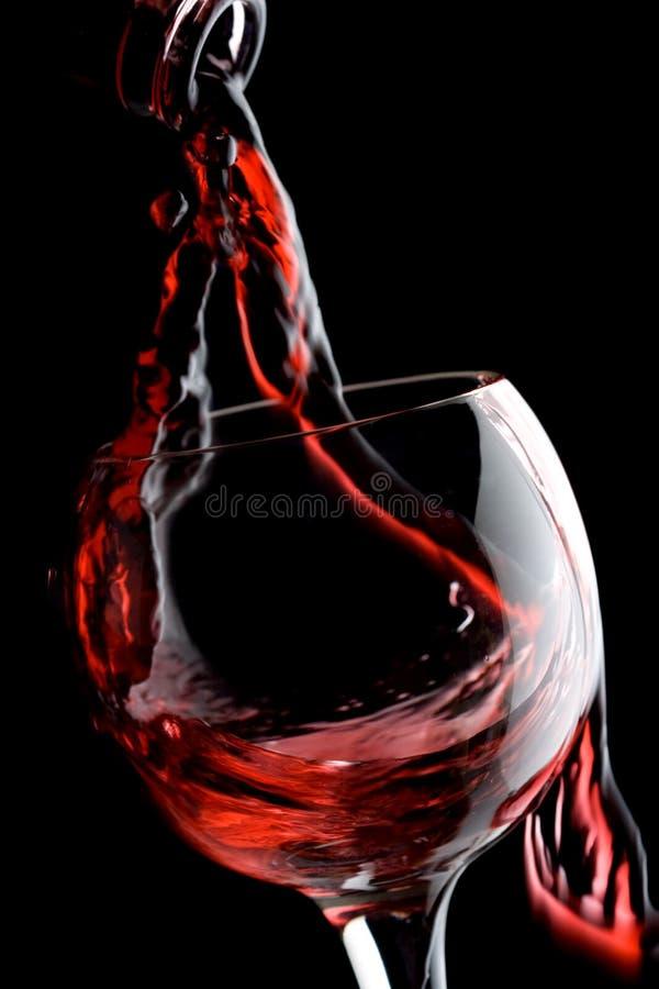 Vino rosso che versa giù immagini stock