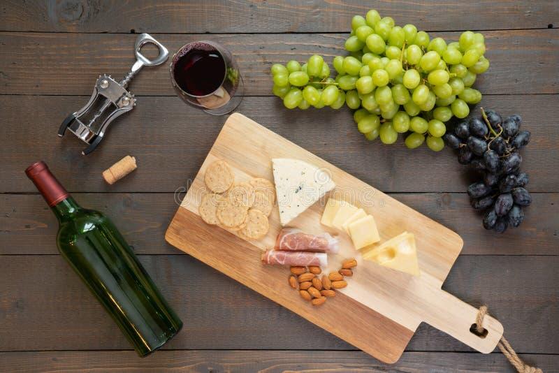 Vino rosso con formaggio e l'uva fotografia stock