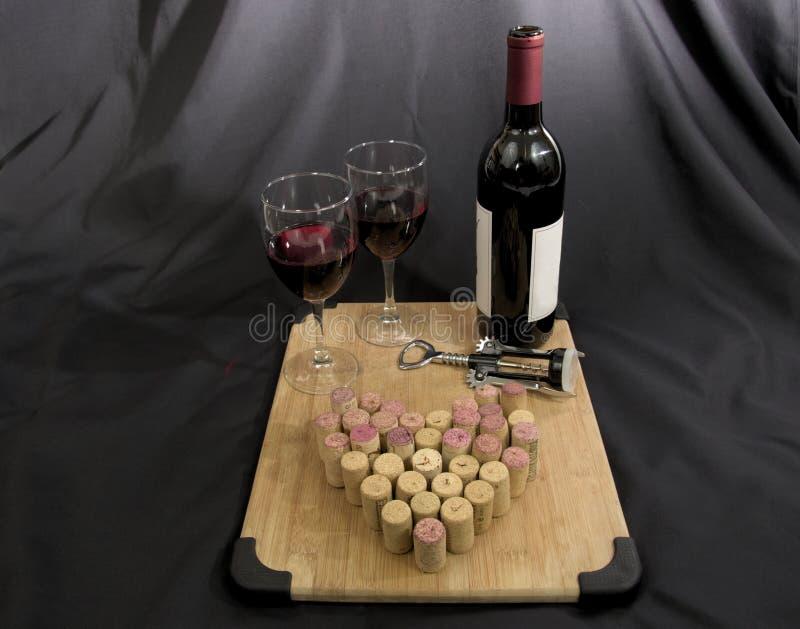 Vino rosso con i vetri ed i sugheri di vino fotografie stock libere da diritti