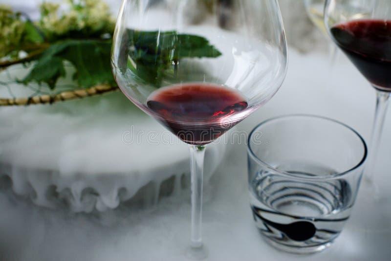 Vino rosso con il vapore del ghiaccio immagine stock