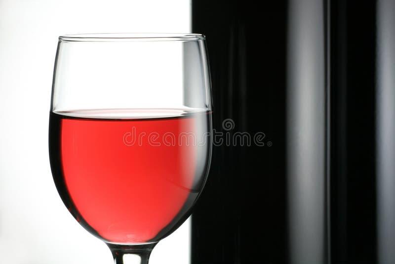 Vino rosso con la bottiglia di vino fotografia stock libera da diritti