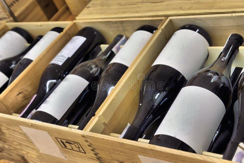 Vino rosso e bianco in bottiglie fotografia stock libera da diritti