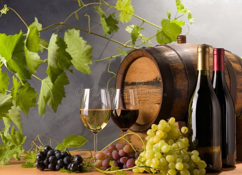 Vino rosso e bianco con l'uva fotografie stock