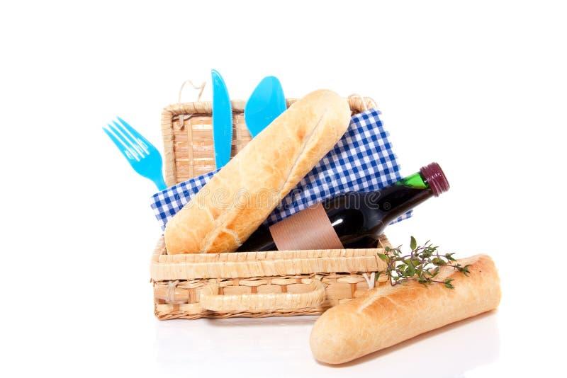 Vino rosso e coltelleria per un picnic fotografia stock libera da diritti