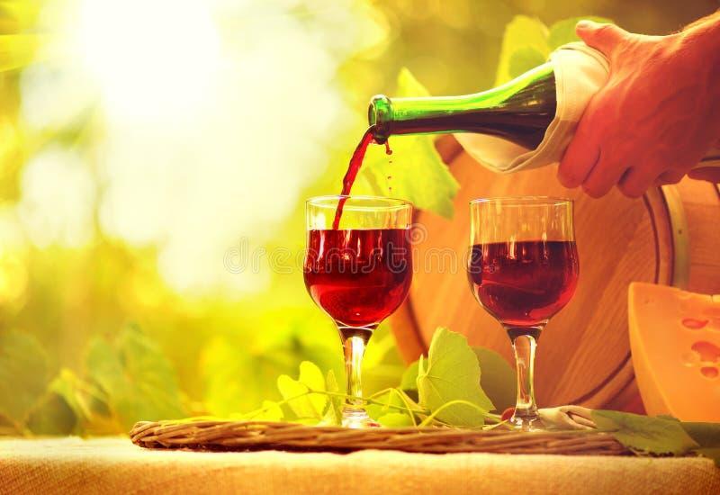 Vino rosso e formaggio Primo piano di versamento del vino fotografia stock libera da diritti