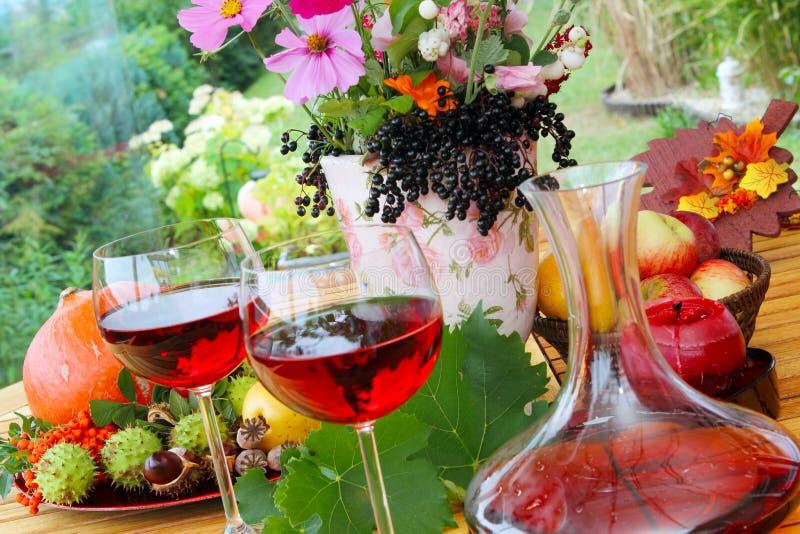 Vino rosso nella fine dell'estate fotografia stock