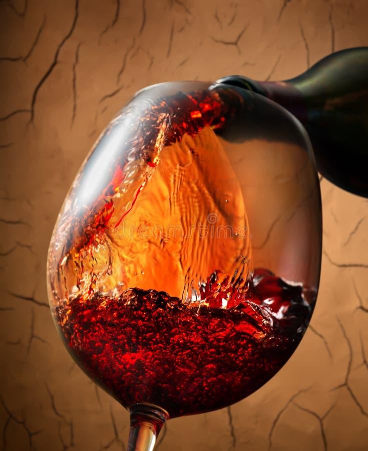 Vino rosso sul fondo dell'argilla fotografia stock libera da diritti