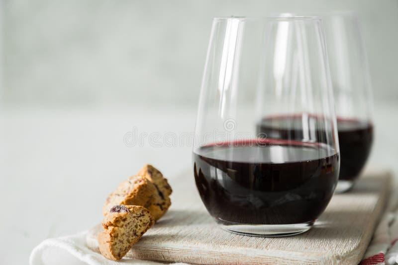 Vino rosso in vetri con i biscotti fotografie stock