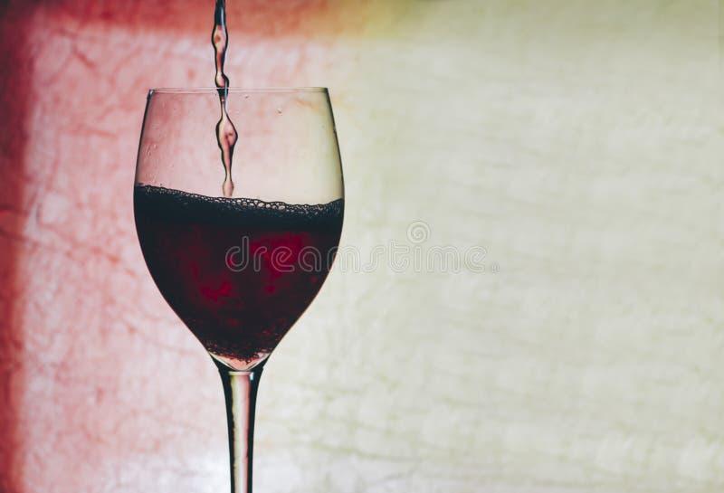 Vino rosso in vetro immagine stock libera da diritti
