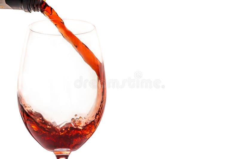 Vino rosso in vetro davanti a fondo bianco immagine stock libera da diritti