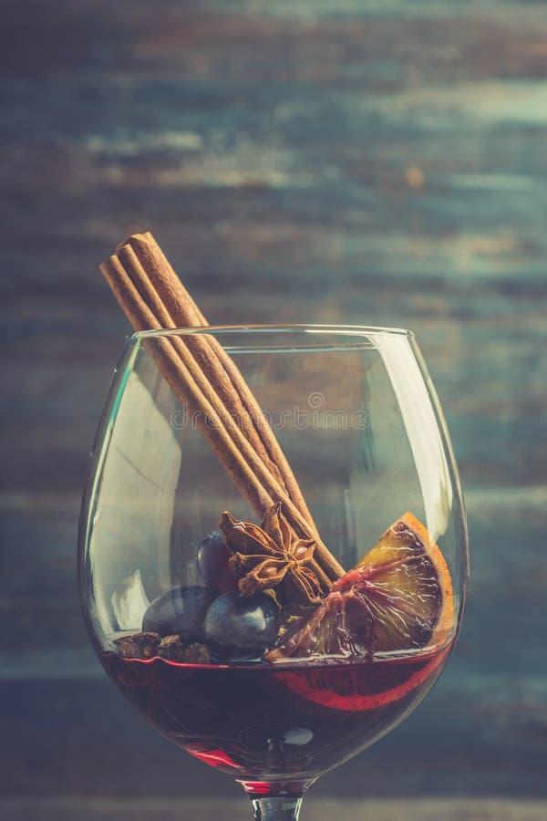 Vino rosso in vetro sui precedenti rustici immagini stock