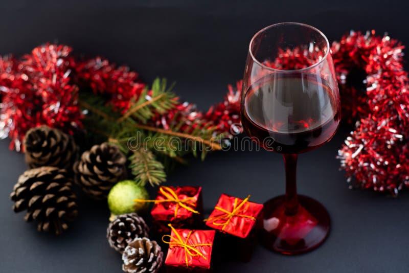 Vino tinto del día de fiesta de la Navidad en la tabla de madera imágenes de archivo libres de regalías