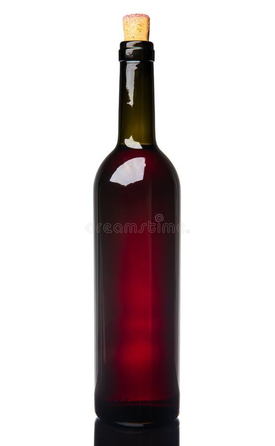 Vino tinto en una botella con un corcho, aislado en el fondo blanco imagen de archivo libre de regalías