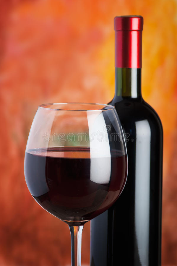 Vino, vidrio y la botella imagenes de archivo