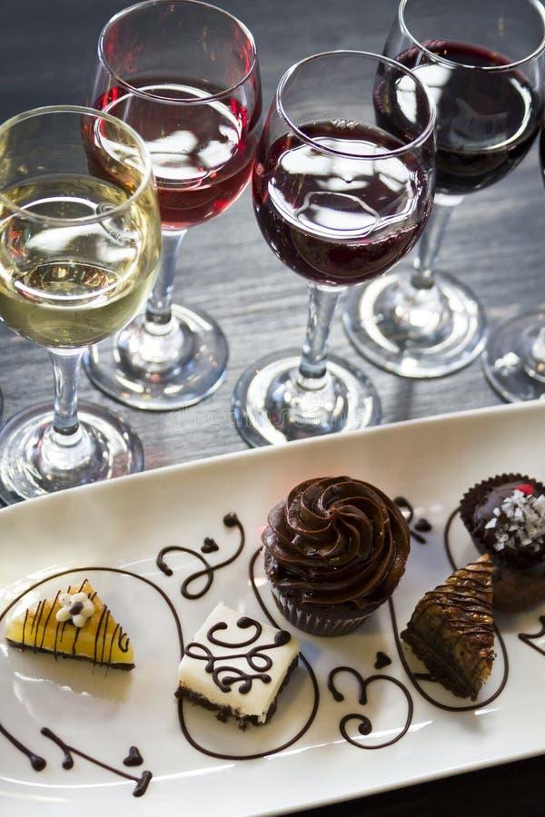 Vino y chocolates foto de archivo