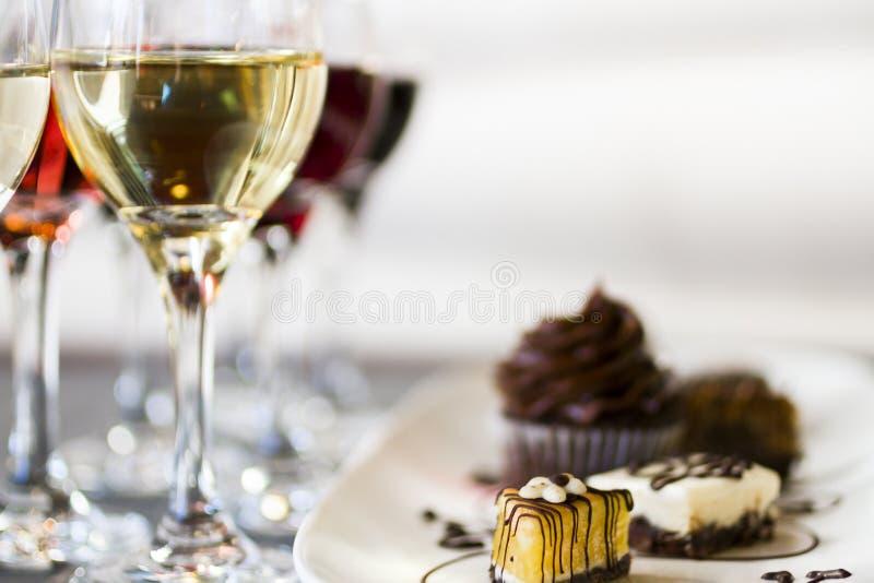 Vino y chocolates imagen de archivo