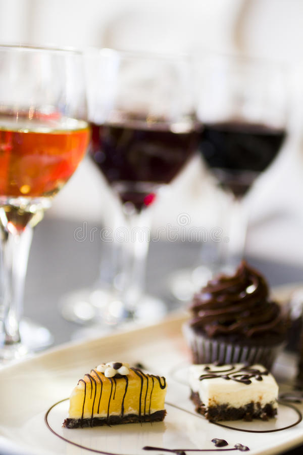 Vino y chocolates foto de archivo libre de regalías