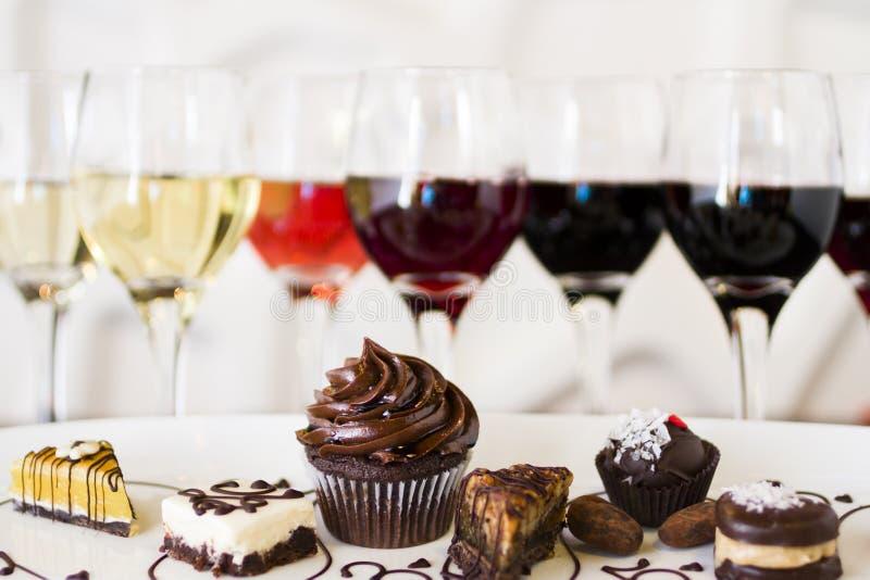Vino y chocolates imagen de archivo libre de regalías