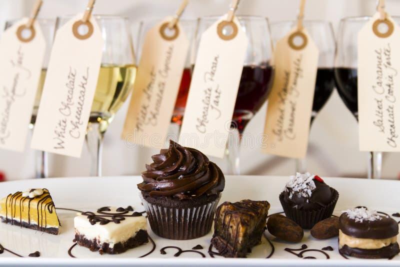 Vino y chocolates imágenes de archivo libres de regalías