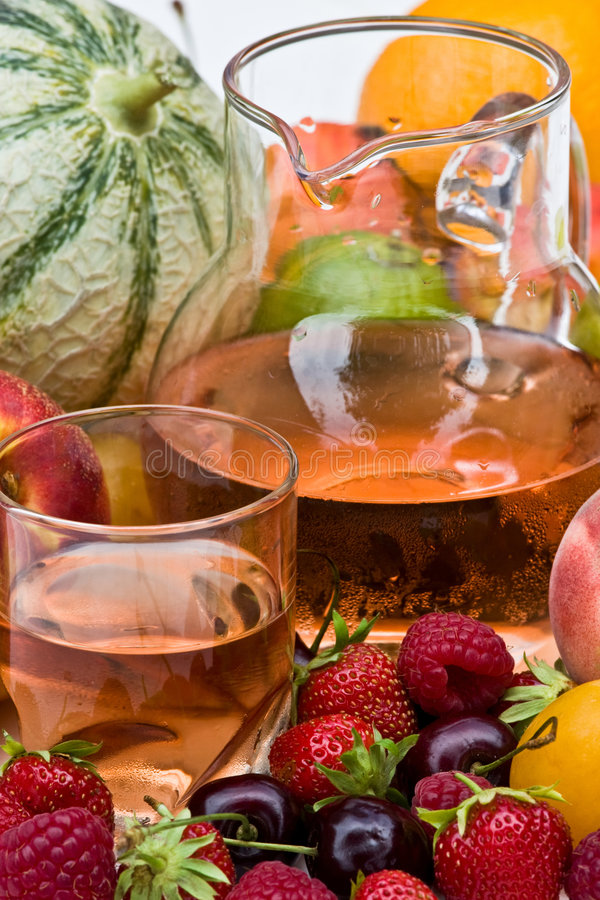 Vino y frutas foto de archivo