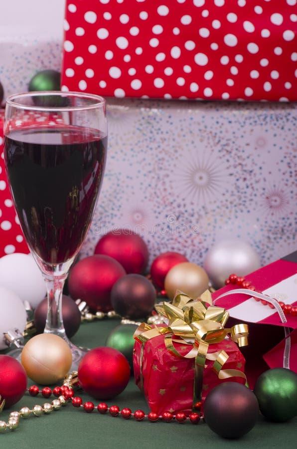 Vino y presentes de la Navidad foto de archivo
