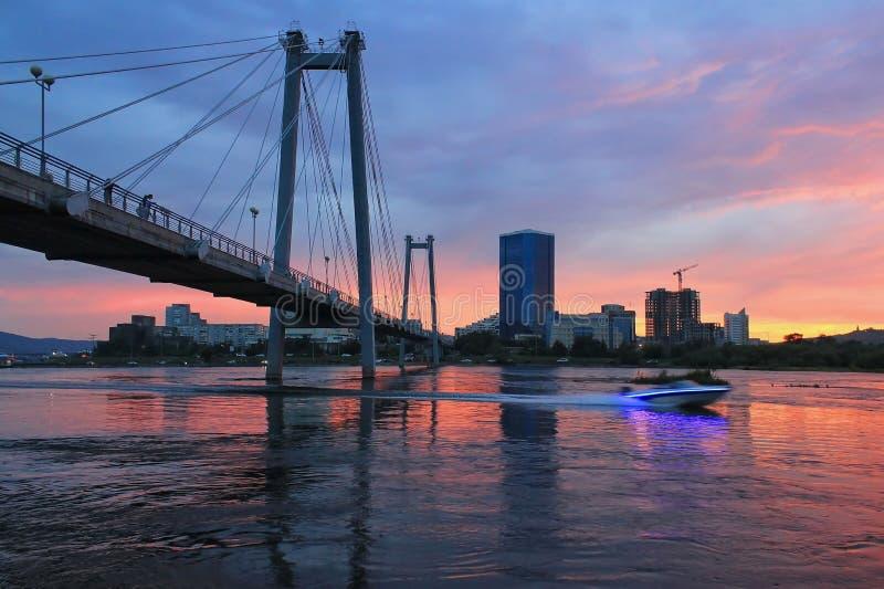 Vinogradovsy bro i Krasnoyarsk fotografering för bildbyråer