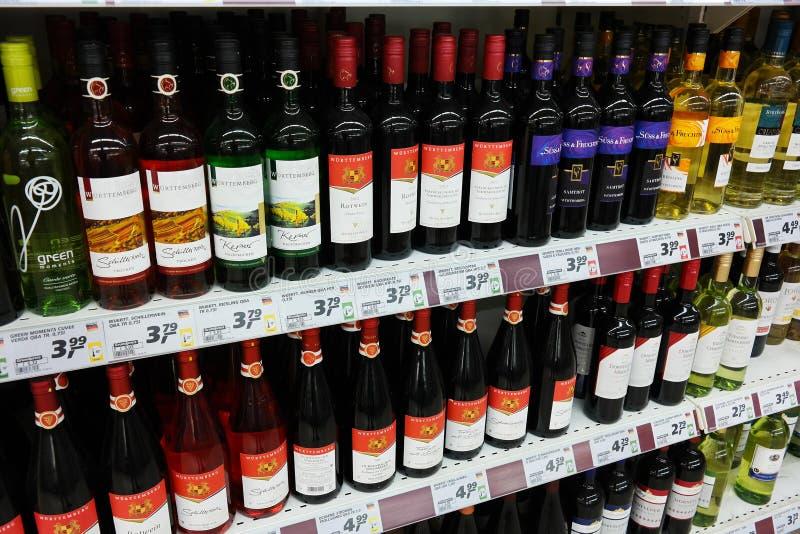 Vinos alemanes en un supermercado imagen de archivo