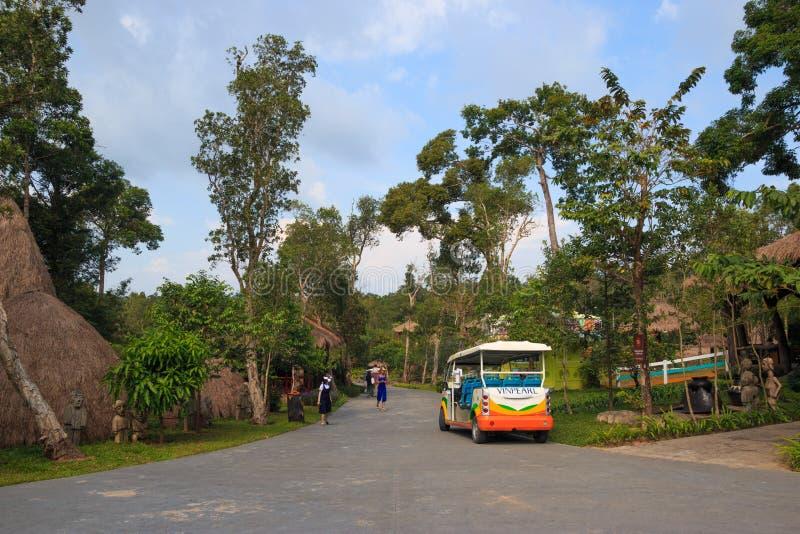 Vinpearl, Phu Quoc, Vietnam - diciembre de 2018: coche colorido en el camino en el parque del safari entre ?rboles verdes ?? DE ? imagenes de archivo