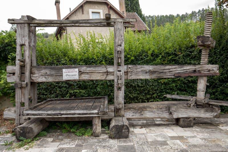 Vinpress i Cahors Traditionell gammal teknik av vindanande royaltyfria bilder