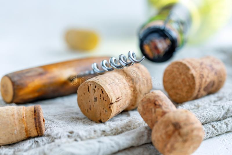 Vinproppar, gammal korkskruv och en flaska av vin arkivfoton