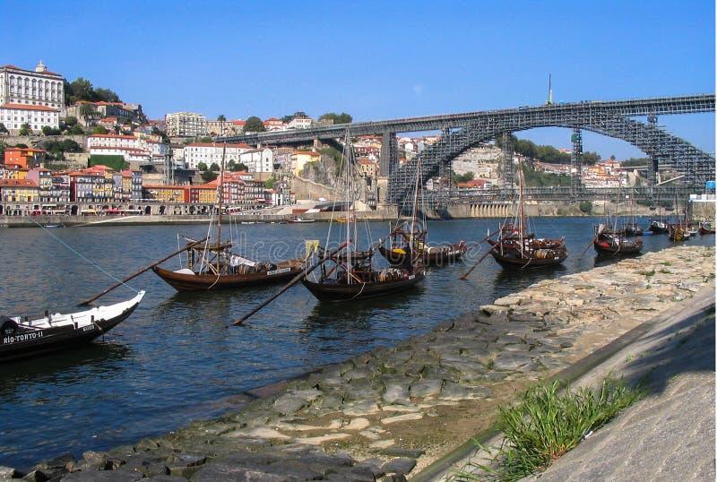 Vinskepp och Dom Luis Bridge Porto arkivfoton